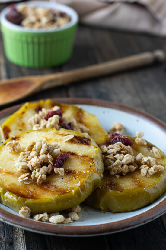 grilled apples with granola on top